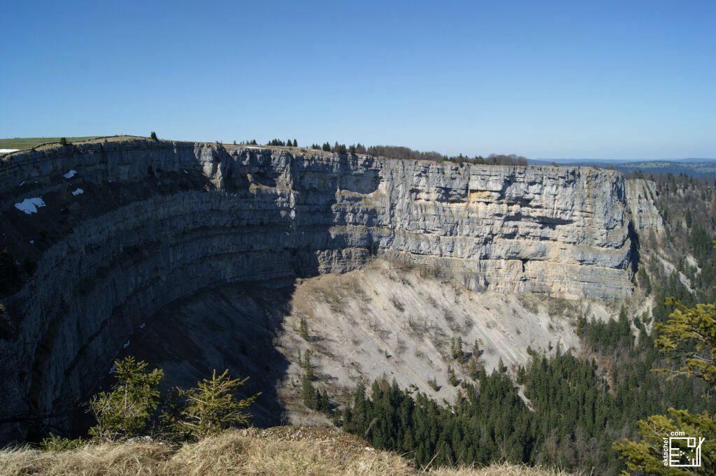 Creux Du Van يمتد محيط القمة على طول كيلومتر و نصف